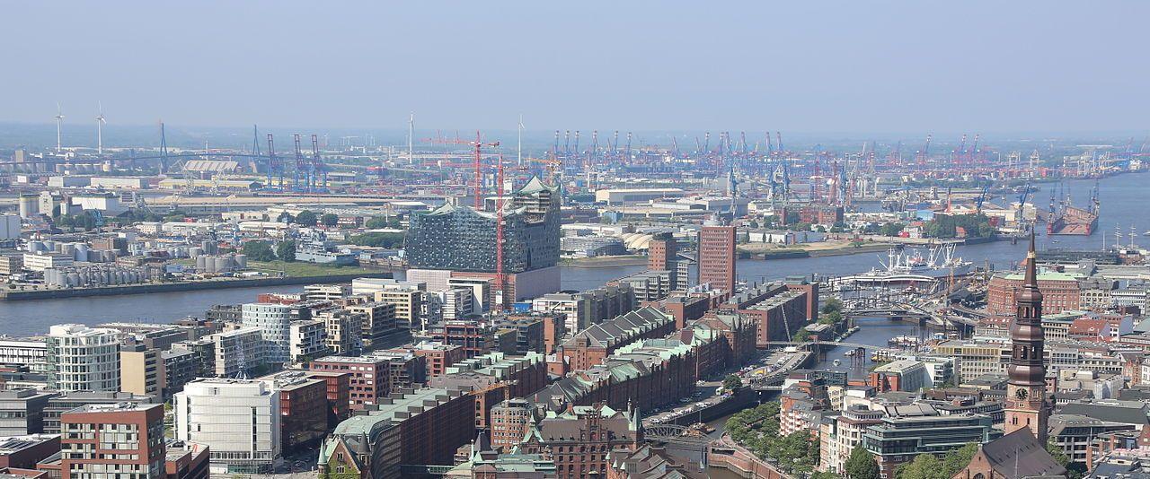 """Hamburg Speicherstadt, 2013-06-08 Highflyer HP L4715"""" by Alchemist-hp (talk) - Own work. Licensed under CC BY-SA 3.0 via Wikimedia Commons"""